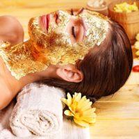Masaje facial con mascarilla de oro